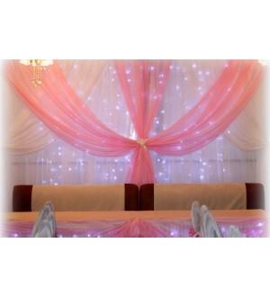 Бело-розовое оформление зала с подсветкой
