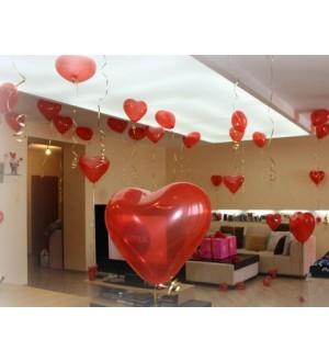 Комната в ярко-красных шарах-сердечках