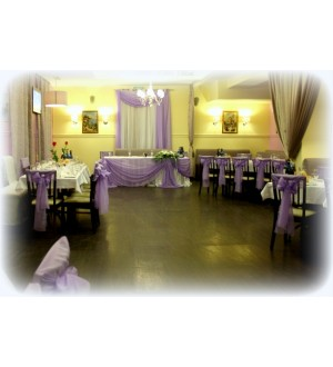 Оформление зала в лиловом цвете